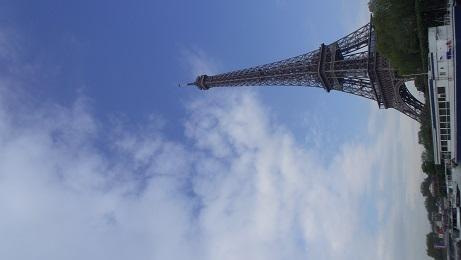 青空のエッフル塔
