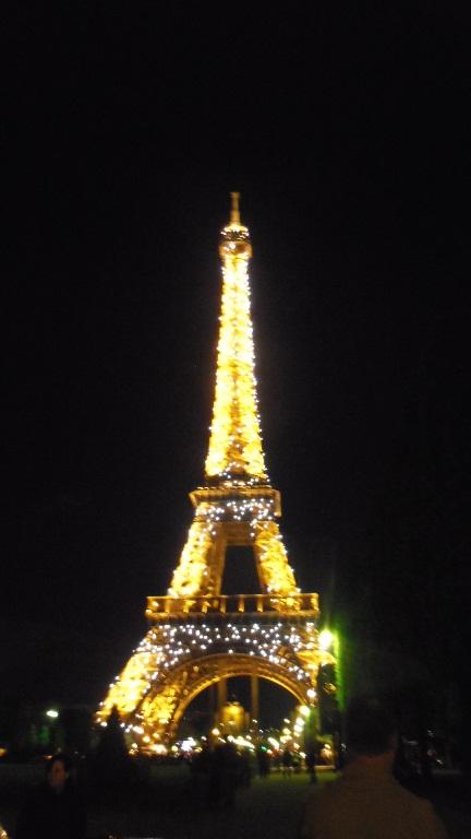 夜のパリ市街地